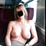 Amandine, belle blonde exhibitionniste propose de baiser dans le train